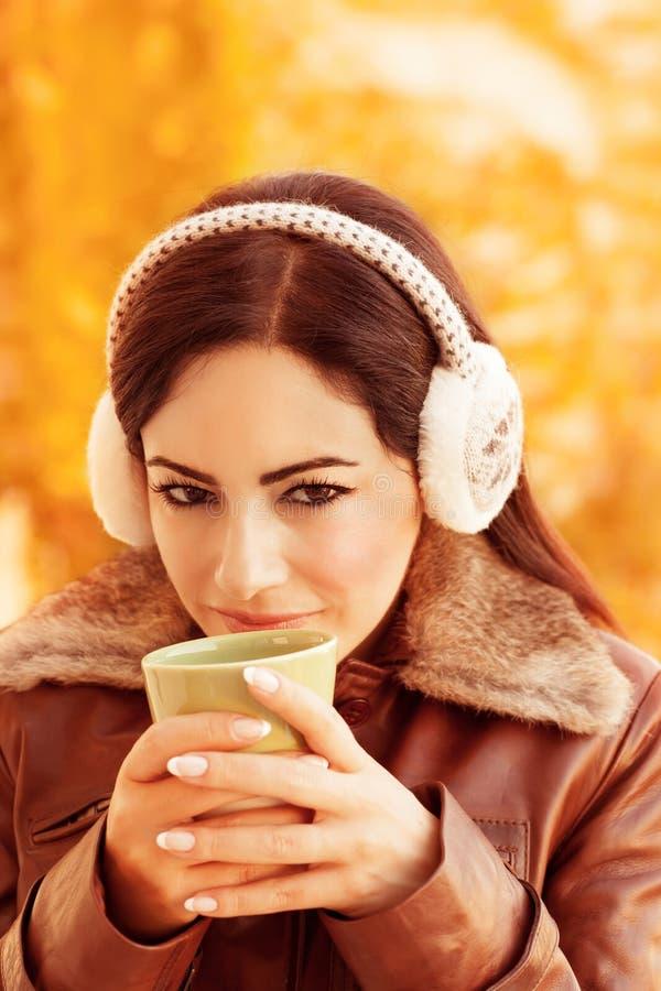 Nettes Mädchen, das Tee genießt lizenzfreie stockfotografie