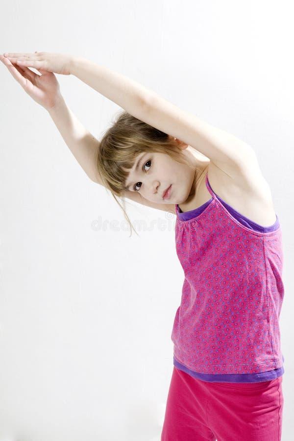 Nettes Mädchen, das Yoga tut stockbild