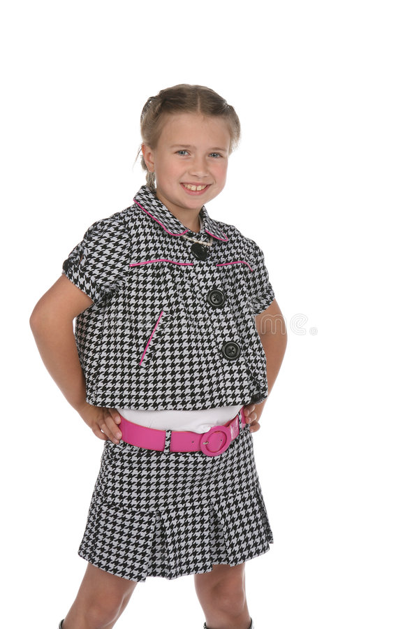 Nettes Mädchen in der Schwarzweiss-Ausstattung mit rosafarbenem Gurt lizenzfreie stockfotos