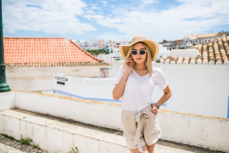 Nettes Mädchen des jungen hübschen Hippies, das auf der Straße am sonnigen Tag, Spaß allein, stilvolle Weinlesekleidung Hut und S lizenzfreie stockfotografie