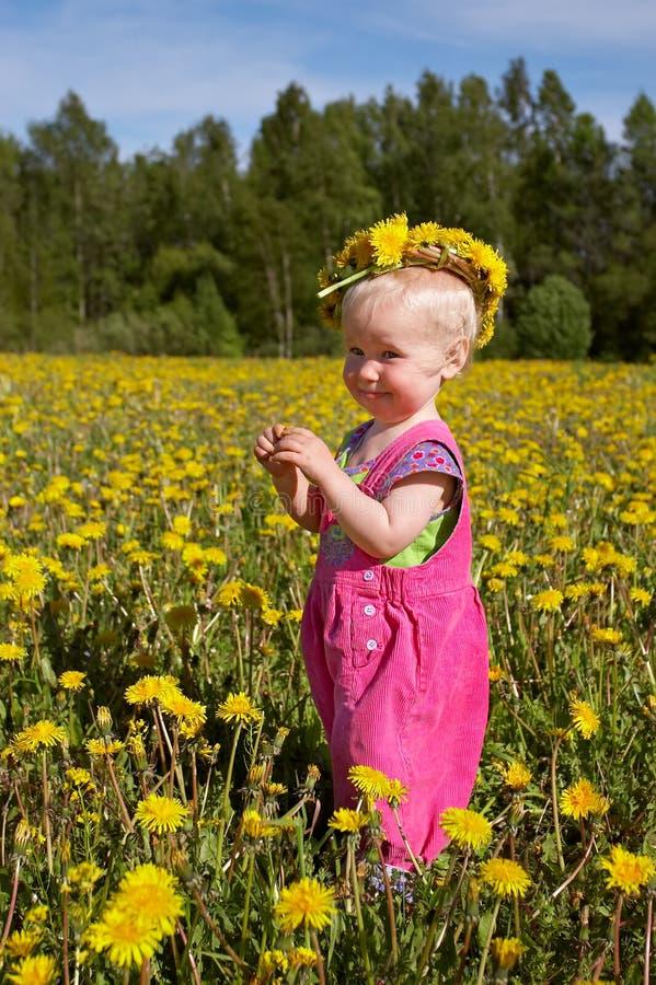 Nettes Mädchen im Blume Wreath lizenzfreie stockfotos