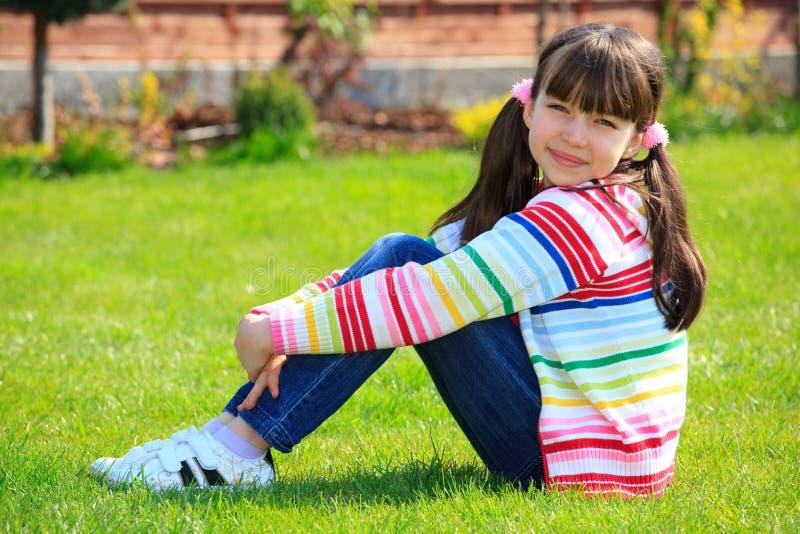 Download Nettes Mädchen im Garten stockbild. Bild von field, kindlich - 9087575