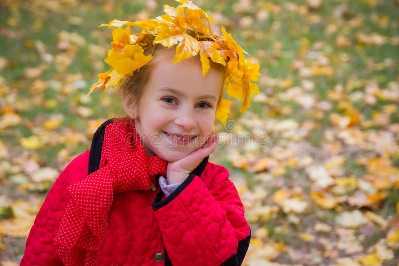 Nettes Mädchen im Herbstkranz stockfotografie