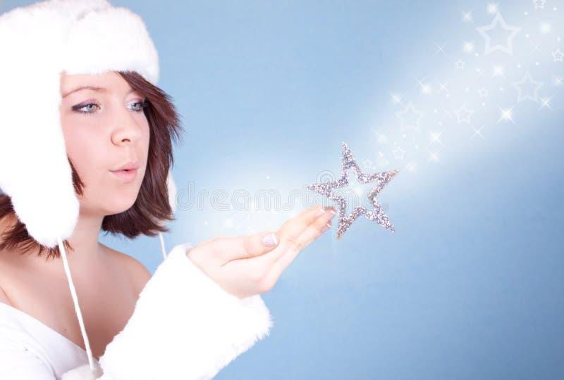 Download Nettes Mädchen Im Weißen Hut, Der Einen Schnee Durchbrennt Stockfoto - Bild von glücklich, weihnachten: 12202320