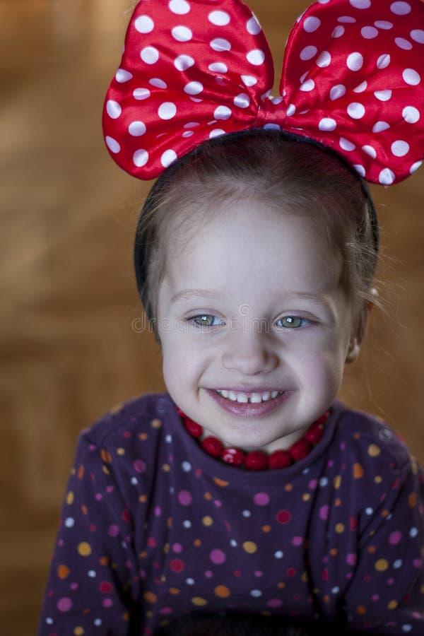 Nettes Mädchen lächelt glücklich lizenzfreies stockbild