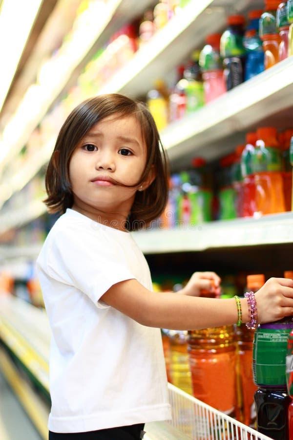 Nettes Mädchen am Lebensmittelgeschäft stockbild