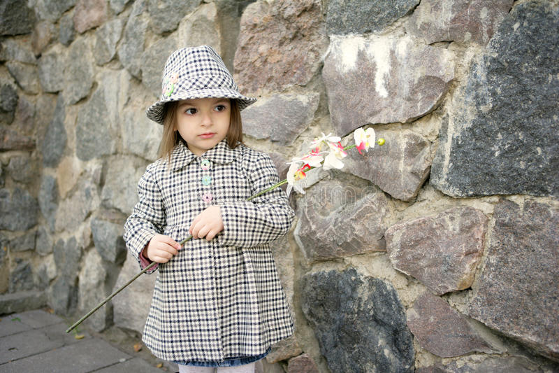 Nettes Mädchen mit Blume stockfoto