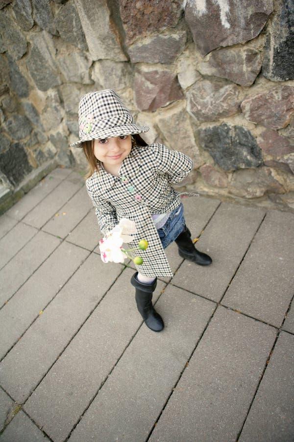 Nettes Mädchen mit Blume stockfotografie