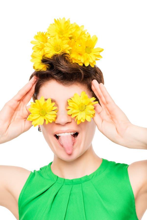 Nettes Mädchen mit Blumen auf einem Ort von Augen Porträt lizenzfreie stockfotos