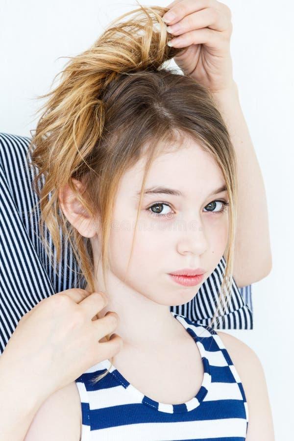 Nettes Mädchen mit dem blonden langen Haar stockfotografie