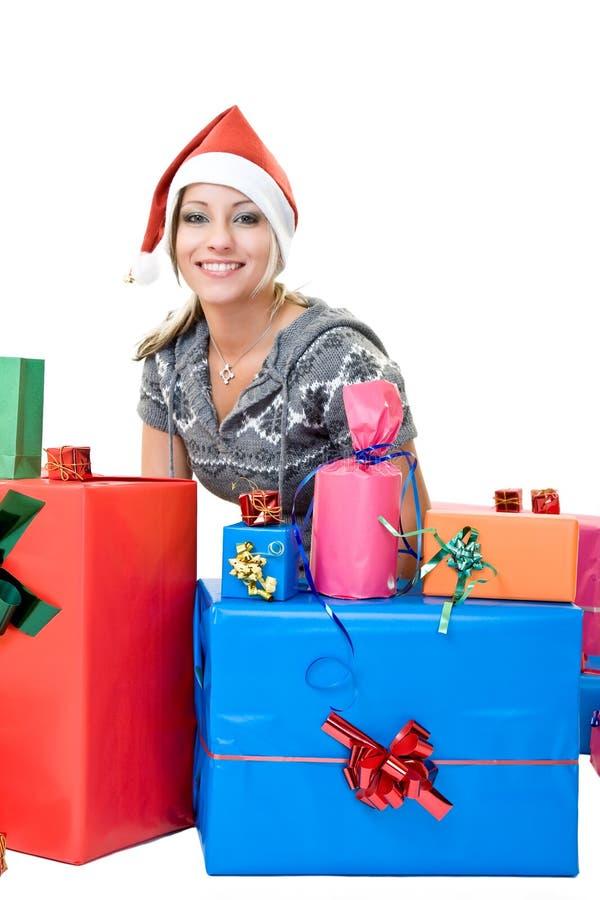 Nettes Mädchen mit Geschenken stockfotografie