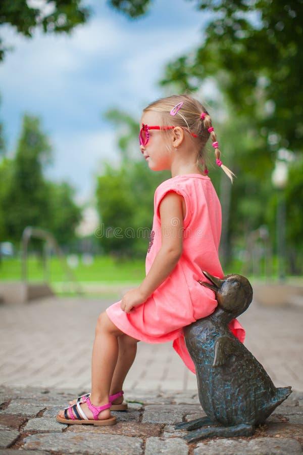 Nettes Mädchen Mit Gespreizten Beinen Auf Einer Entenzahl