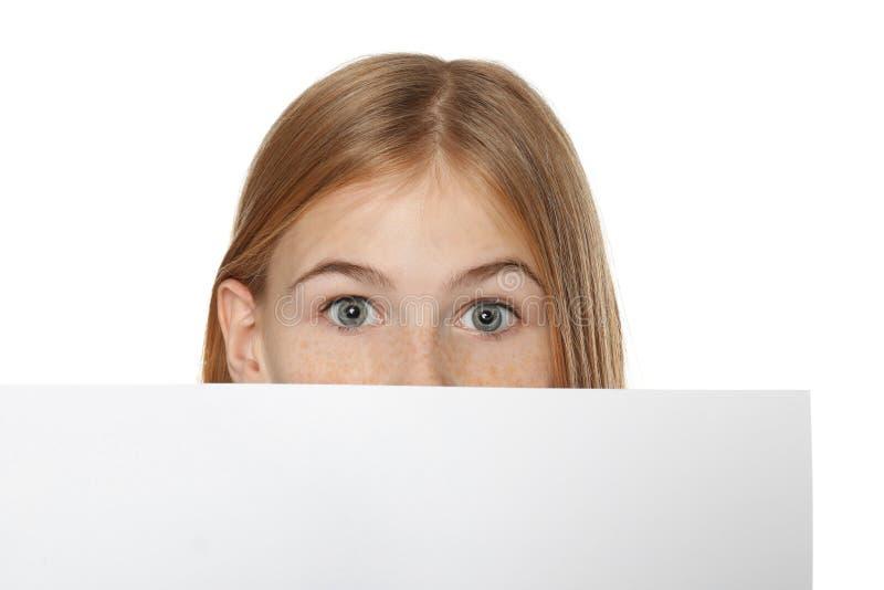 Nettes Mädchen mit leerem Werbungsbrett lizenzfreie stockbilder