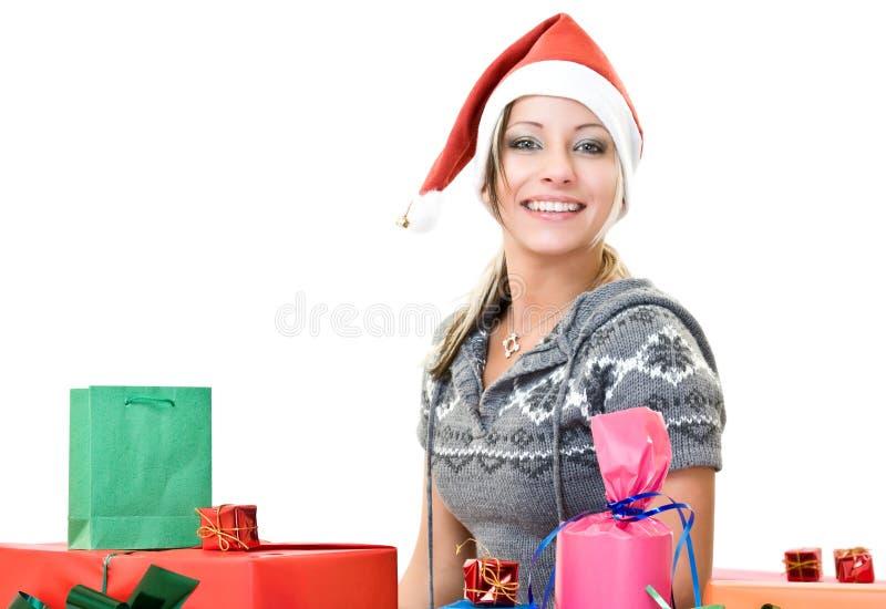 Nettes Mädchen mit Lot des Weihnachtenkastens lizenzfreie stockbilder