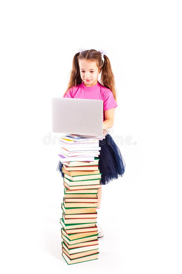 Nettes Mädchen mit Notizbuch auf Büchern stockbild