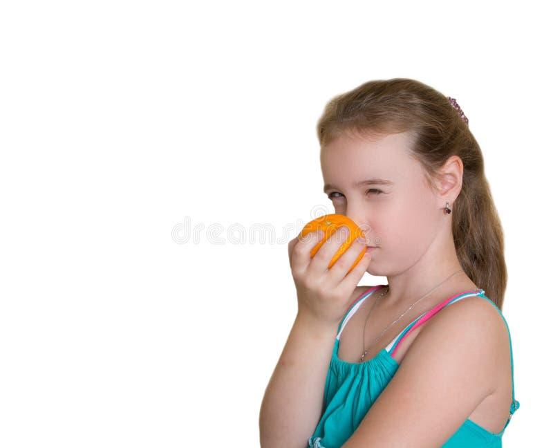 Nettes Mädchen mit Orange lizenzfreie stockbilder
