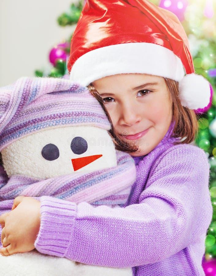 Nettes Mädchen mit Schneemannspielzeug stockfotografie