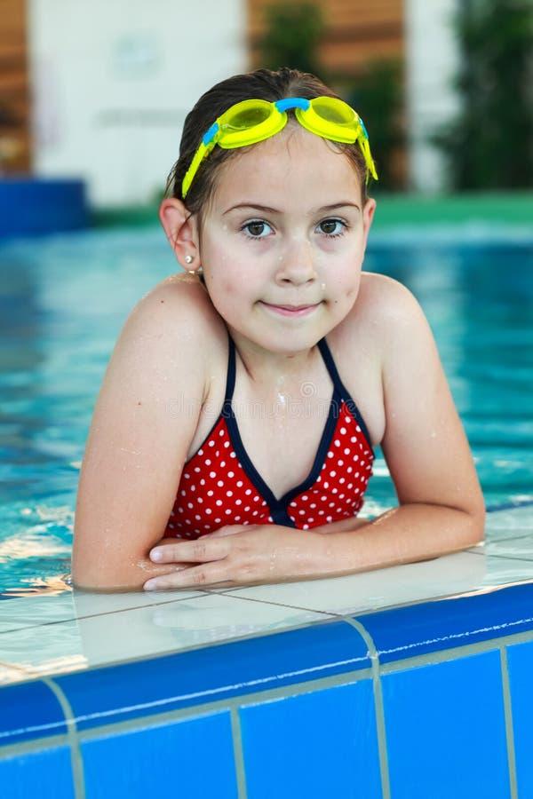 Schulmädchen Mit Schutzbrillen Im Swimmingpool Stockfotos