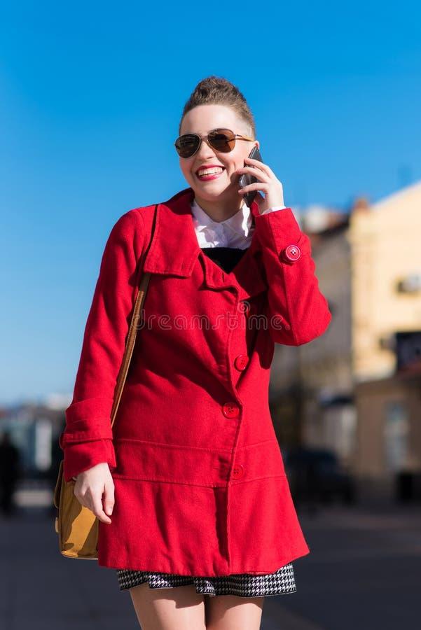 Nettes Mädchen spricht telefonisch am Nachmittag stockbild