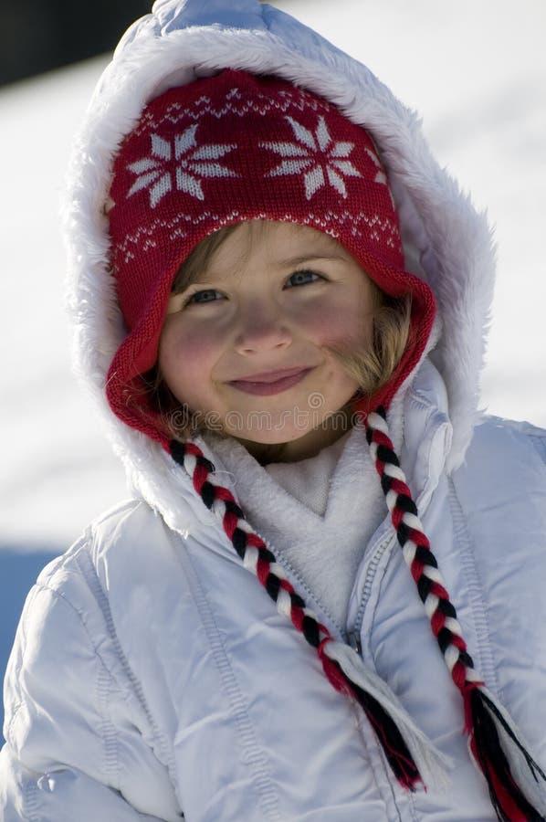 Nettes Mädchen zur Winterzeit lizenzfreie stockbilder
