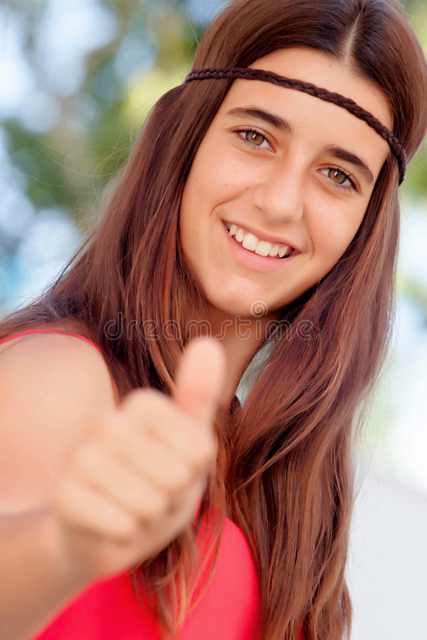 Nettes Mädchen zwölf Jährige, die o.k. sagen stockbild