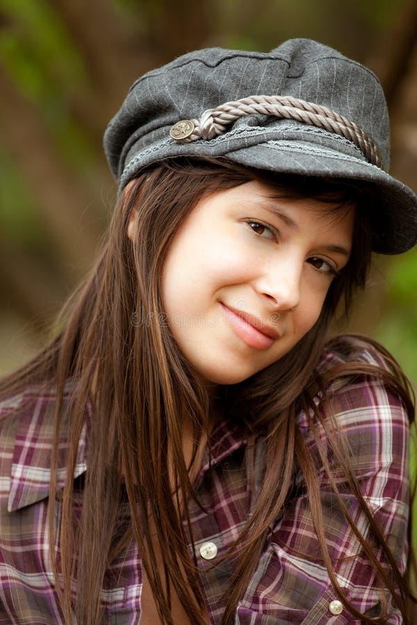 Nettes modernes lächelndes Mädchen draußen stockfoto