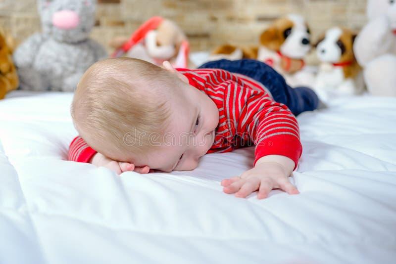 Nettes molliges kleines Baby mit glücklichem Lächeln lizenzfreie stockbilder