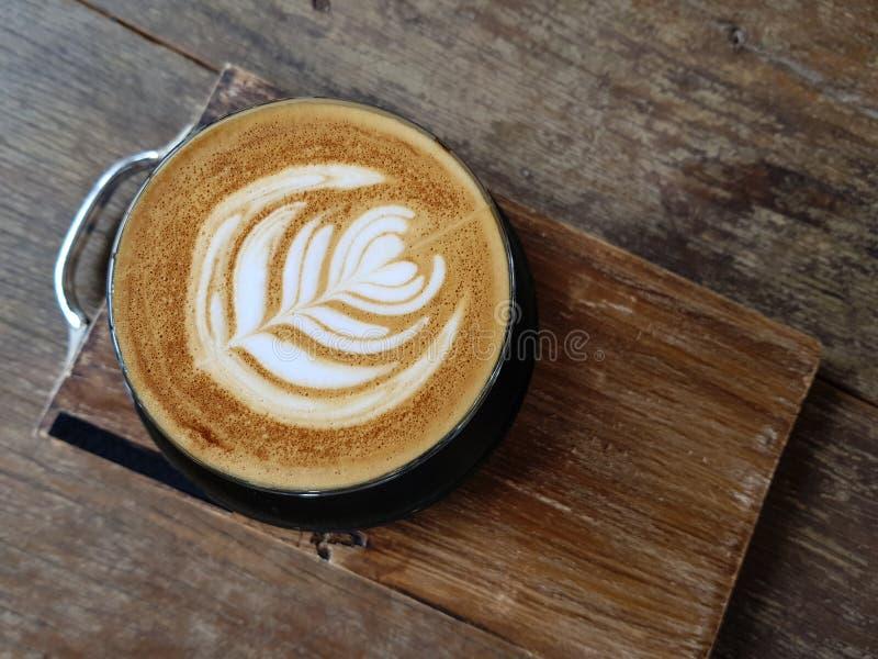 Nettes Muster der heißen Kaffee Lattekunst stockfotos