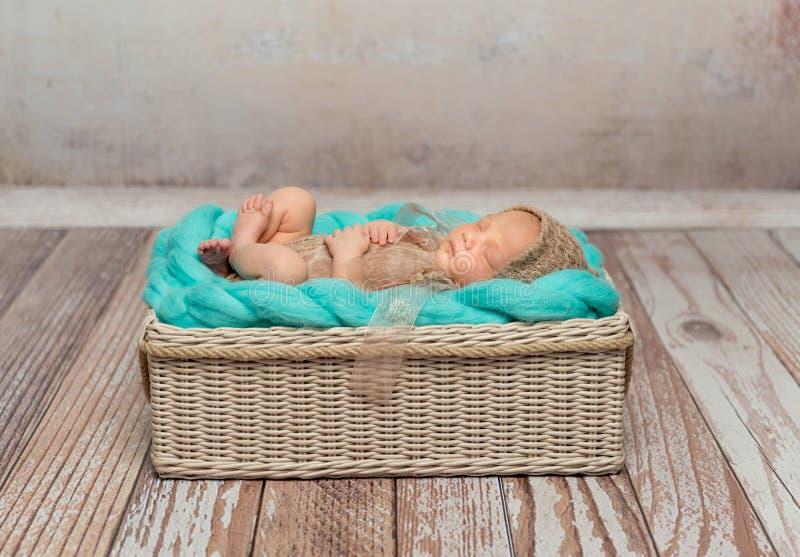 Nettes neugeborenes Baby auf Türkisdecke im Feldbett lizenzfreies stockfoto