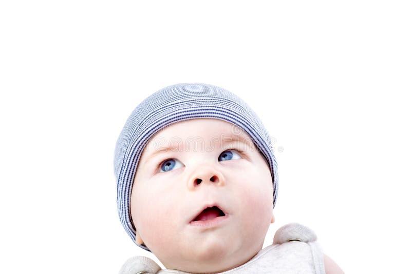 Nettes neugieriges Baby in einem Hut Nachdenklicher kleiner Junge, der oben schaut stockbilder
