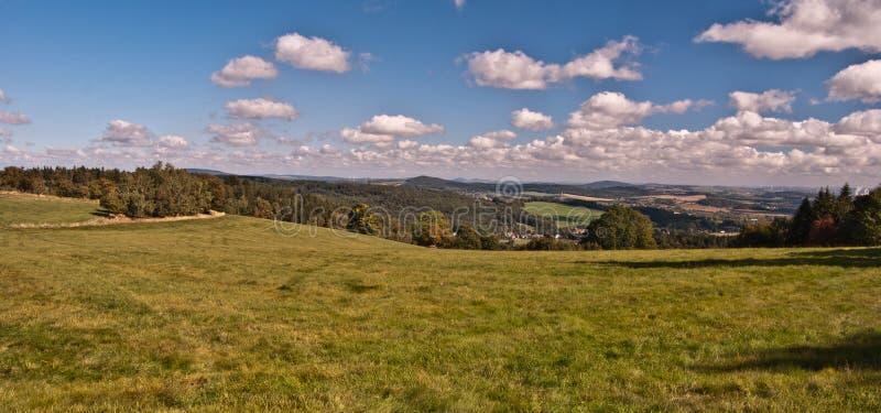 Nettes Panorama der Herbstlandschaft mit Wiesen, Baum, Bergen und Landschaft in Nord-Böhmen stockfotos