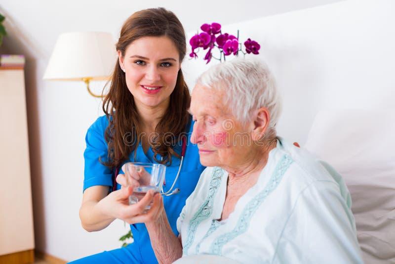 Nettes Pflegekraft-Helfen lizenzfreies stockfoto