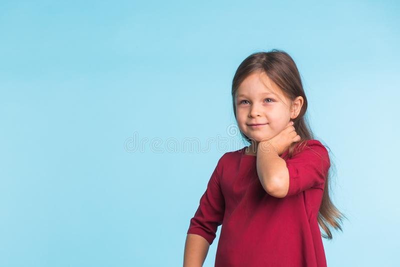 Nettes nettes Porträt des kleinen Mädchens, lokalisiert auf blauem Hintergrund mit Kopienraum stockbilder