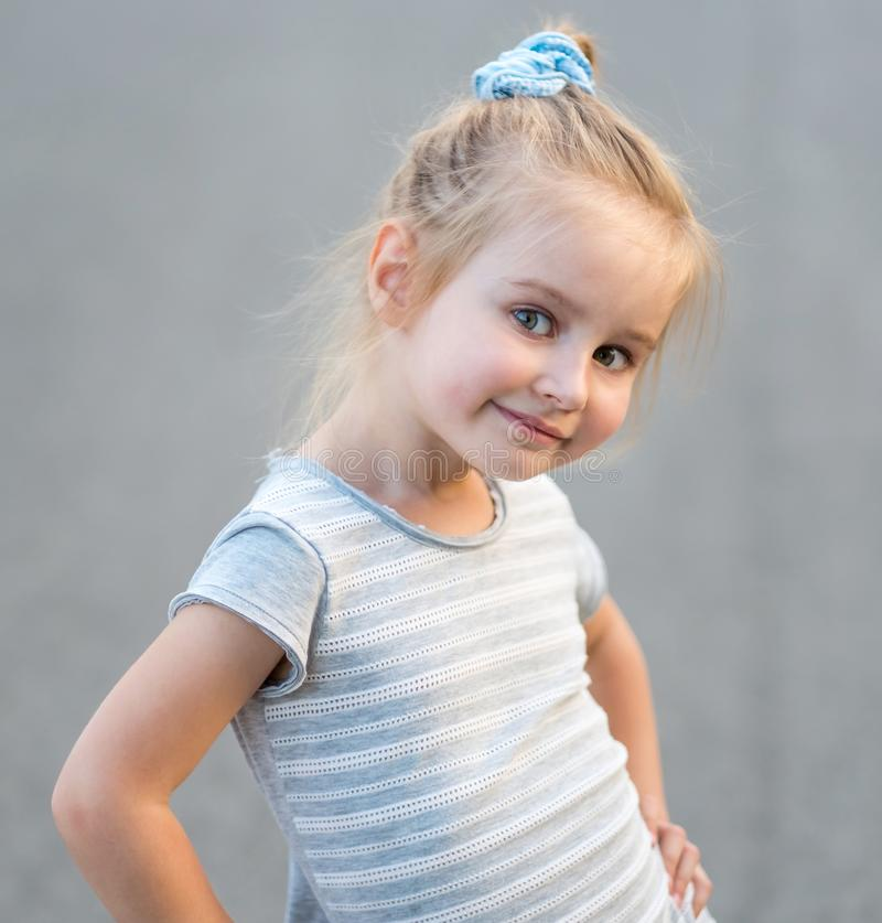 Nettes Porträt liitle blonden Mädchens stockfotografie