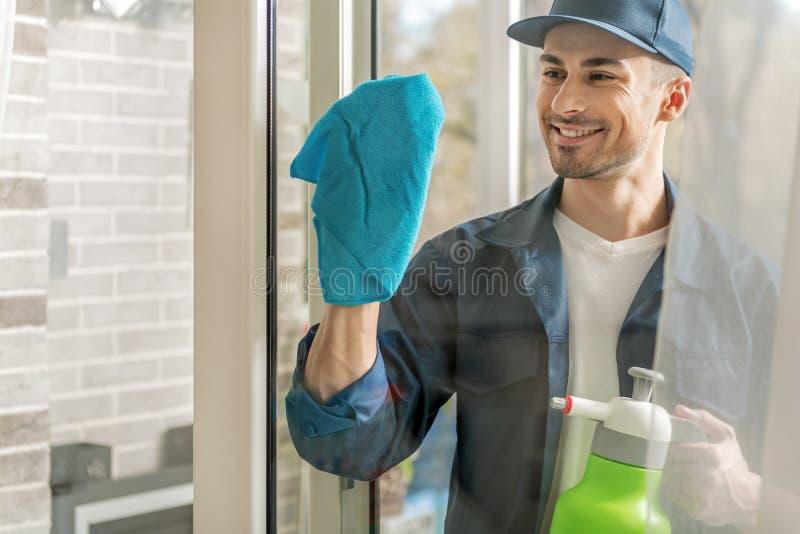 Nettes Reinigungsfenster der männlichen Person lizenzfreies stockbild