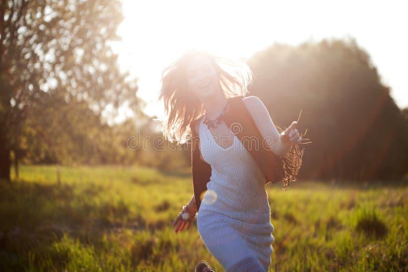 Nettes reizend Mädchen im Sommer auf dem Gebiet Junge Frau ist glücklich und fühlt sich draußen frei stockbild
