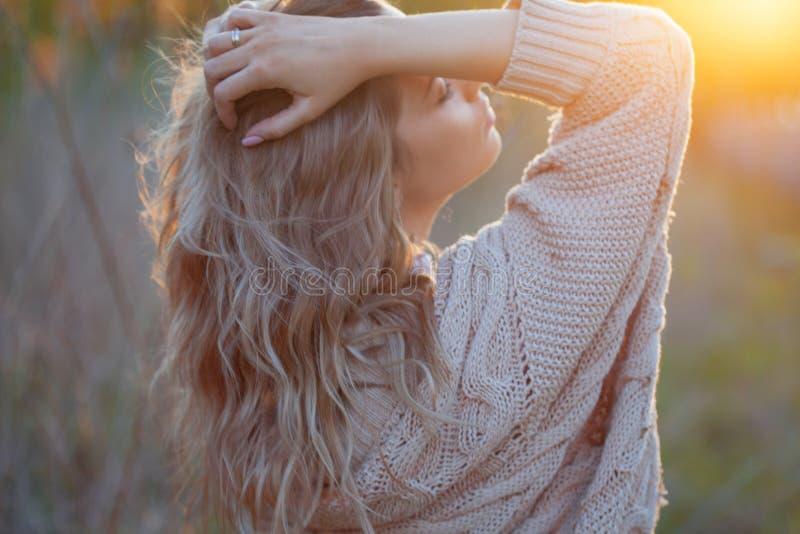 Nettes reizend Mädchen im Sommer auf dem Gebiet Junge Frau ist glücklich und fühlt sich draußen frei lizenzfreies stockbild