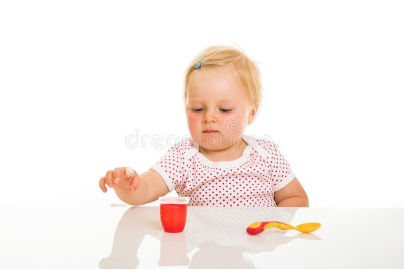 Download Nettes Säuglingsmädchen, Das Learining Ist, Um Zu Essen Stockbild - Bild von freundlich, hungrig: 26365051