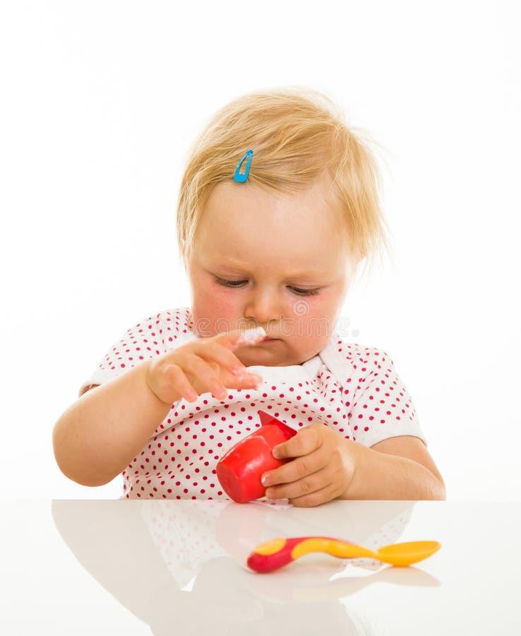 Download Nettes Säuglingsmädchen, Das Learining Ist, Um Zu Essen Stockbild - Bild von zufuhr, kindheit: 26365063