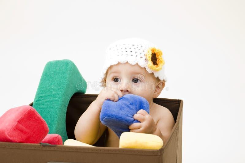 Nettes Schätzchen, das auf Spielzeug kaut lizenzfreie stockbilder