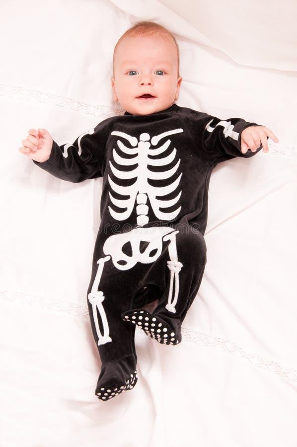Nettes Schätzchen in der lustigen skeleton Klage lizenzfreie stockfotos
