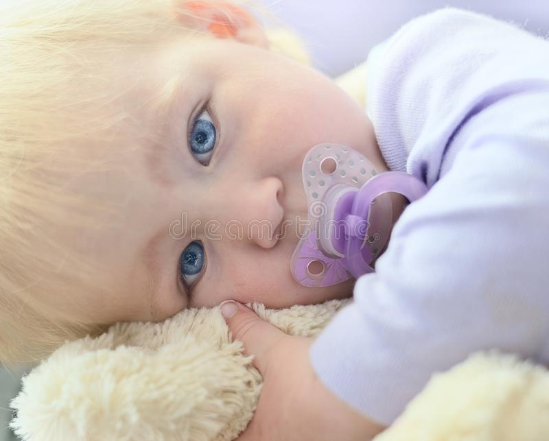 Nettes Schätzchen mit blauen Augen lizenzfreies stockbild