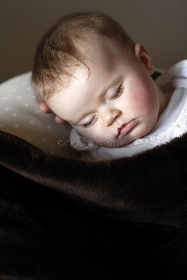 Nettes Schätzchenportraitschlafen lizenzfreies stockbild
