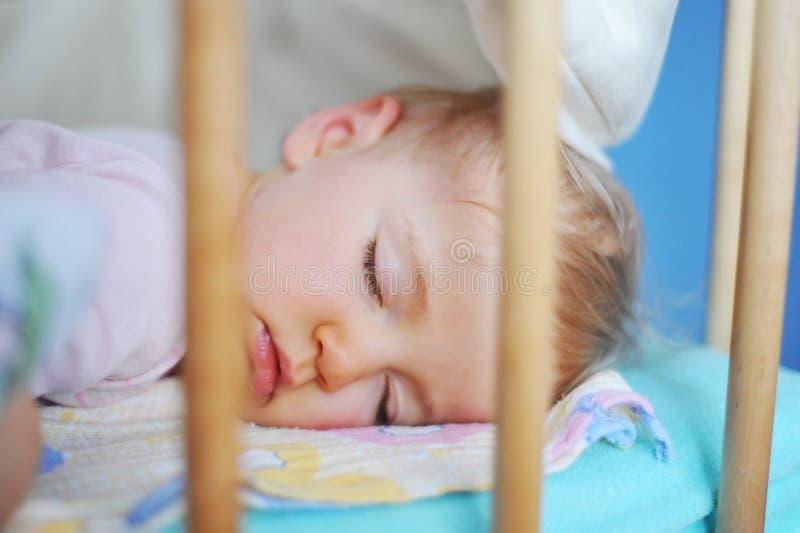 Nettes Schätzchenschlafen stockbilder