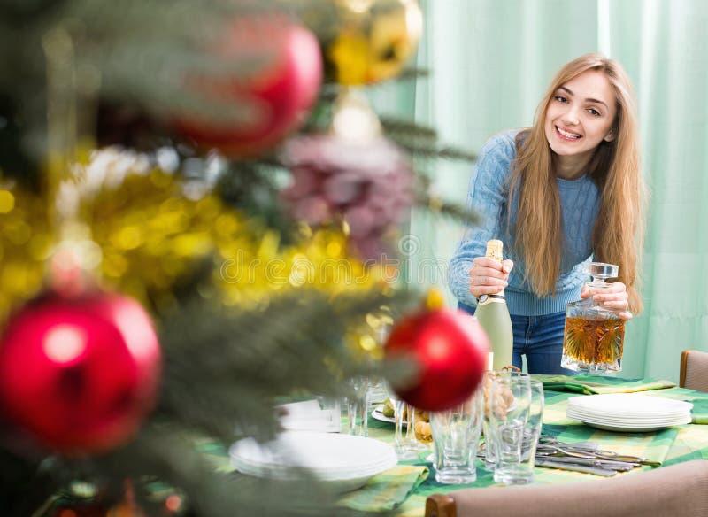 Nettes schönes Mädchen, das für Weihnachtsfeier sich vorbereitet stockbild