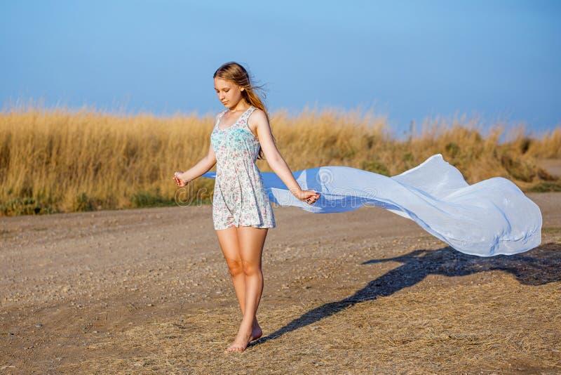 Nettes schönes Mädchen im Sommerkleid, das in der Natur aufwirft lizenzfreie stockbilder