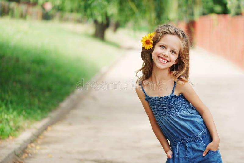 Nettes sch?nes M?dchen mit Blume hinter Ohr lizenzfreie stockbilder