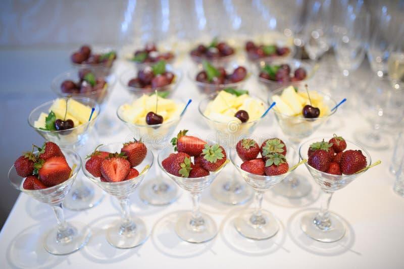 Nettes Schauen und geschmackvolle Ananas und Erdbeere stockfotografie