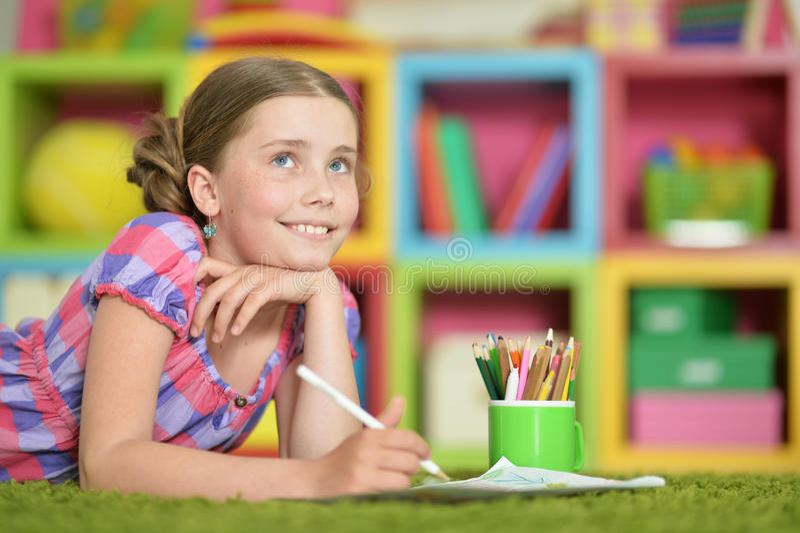 Nettes Schulmädchen, das Hausarbeit tut stockbilder
