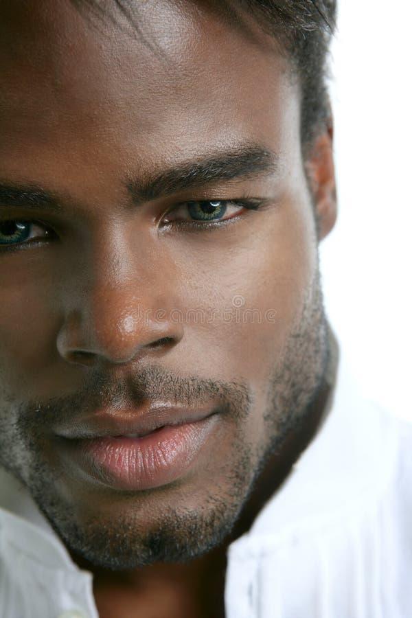 Nettes schwarzes Portrait des jungen Mannes des Afroamerikaners stockfotos